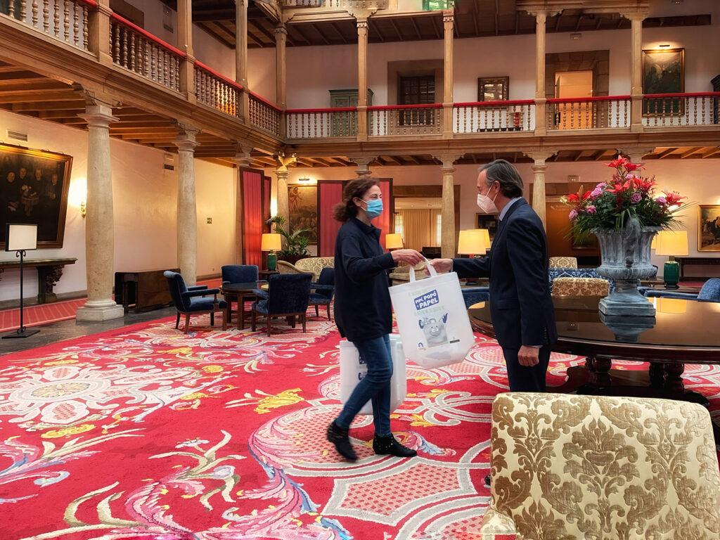 Entrega al director del Hotel Reconquista de Oviedo, D. Ricardo Silvestre Sánchez